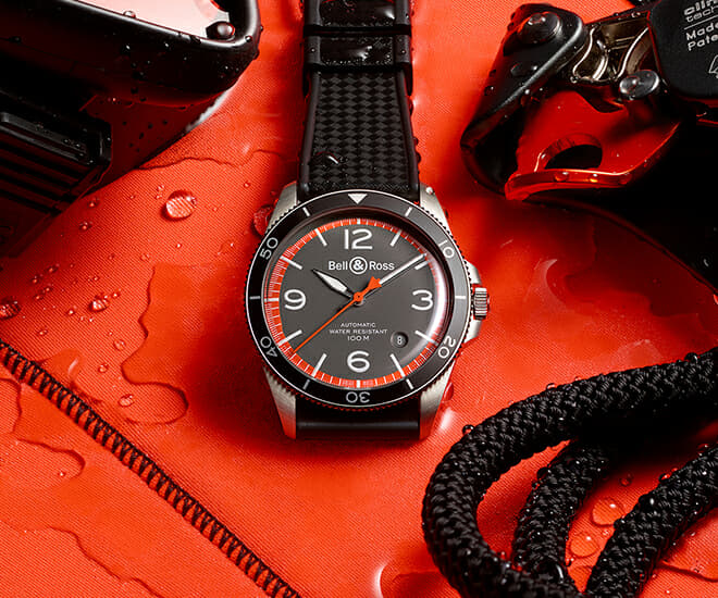 The date of the latest Bell & Ross vintage Garde Cotes appears in a window between 4 and 5 o'clock. The brand's iconic, imposing numerals appear at 12, 3, 6 and 9 o'clock. They are legible and guarantee optimal reading. This model, which is equipped with a bidirectional rotating bezel with a 60-minute scale, can be used to set time markers for more accurate mission timing. The crown guard ensures water-resistance and prevents accidental unlocking. This legible, water-resistant and robust timepiece is perfectly adapted for maritime rescue missions.
