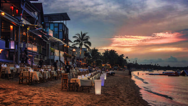 Boho chic beach dining at Bophut, the departure point for trips to neighbouring islands; Photo: M.V. Photography
