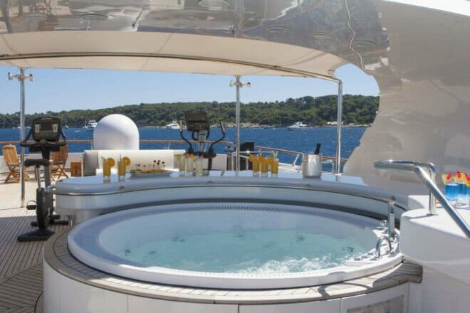 Azul V's popular outdoor features include a jacuzzi on the sundeck